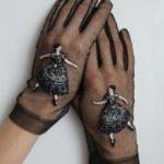 Красивые черные перчатки